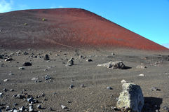 Τοπίο λάβας με το ηφαίστειο και κρατήρας στο ισπανικό νησί Lanzarote Στοκ φωτογραφίες με δικαίωμα ελεύθερης χρήσης