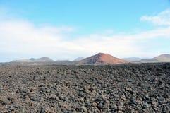 Τοπίο λάβας με το ηφαίστειο και κρατήρας στο ισπανικό νησί Lanzarote Στοκ εικόνες με δικαίωμα ελεύθερης χρήσης