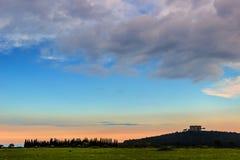 Τοπίο άνοιξη: Εθνικό πάρκο της Alta Murgia Στο υπόβαθρο Castel del Monte Apulia-Ιταλία (Andria) - Στοκ Εικόνα