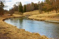 Τοπίο άνοιξη με έναν ποταμό την ηλιόλουστη ημέρα Το πάρκο Pavl Στοκ Εικόνα
