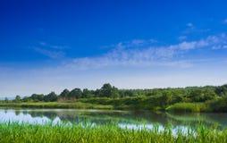Τοπίο άνοιξη με μια λίμνη Στοκ Εικόνες