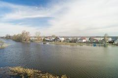 Τοπίο άνοιξη με τον ποταμό στην αγροτική έκταση Στοκ φωτογραφίες με δικαίωμα ελεύθερης χρήσης