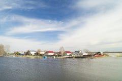 Τοπίο άνοιξη με τον ποταμό στην αγροτική έκταση Στοκ Φωτογραφία