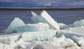 Τοπίο άνοιξη με τους επιπλέοντες πάγους πάγου στοκ φωτογραφίες