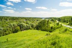 Τοπίο άνοιξη της φύσης στο μπλε ουρανό υποβάθρου Στοκ Εικόνα