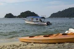 Τοπίο άποψης θάλασσας με την πρόσδεση βαρκών κοντά στην αμμώδη παραλία στοκ φωτογραφίες με δικαίωμα ελεύθερης χρήσης