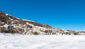 Τοπίο Αγίου Moritz κατά τη διάρκεια του χειμώνα με τον ήλιο και το χιόνι Στοκ Φωτογραφίες