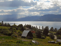 Τοπίο αγροτικής διαβίωσης με τη θεαματική άποψη σχετικά με μια λίμνη Στοκ Φωτογραφίες