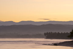 Τοπίο ακτών παραλιών με τα δέντρα και τους λόφους στοκ φωτογραφίες