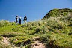 Τοπίο ακτών της Βόρειας Ιρλανδίας, πεζοπορία οικογένεια Στοκ φωτογραφία με δικαίωμα ελεύθερης χρήσης