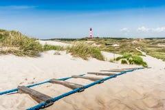 Τοπίο αμμόλοφων με το φάρο στη Βόρεια Θάλασσα, Γερμανία Στοκ Εικόνα