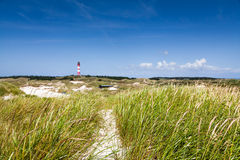 Τοπίο αμμόλοφων με το φάρο στη Βόρεια Θάλασσα Στοκ Εικόνες
