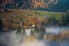 Τοπίο ανατολής φθινοπώρου Bucovina στη Ρουμανία με την υδρονέφωση και τα βουνά στοκ εικόνα με δικαίωμα ελεύθερης χρήσης