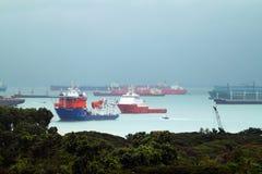 Τοπίο από την άποψη πουλιών των φορτηγών πλοίων που μπαίνουν σε ενός από τους πιό πολυάσχολους λιμένες στον κόσμο, Σιγκαπούρη Στοκ Φωτογραφίες