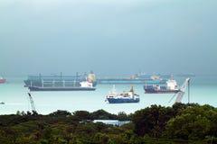 Τοπίο από την άποψη πουλιών των φορτηγών πλοίων που μπαίνουν σε ενός από τους πιό πολυάσχολους λιμένες στον κόσμο, Σιγκαπούρη Στοκ Εικόνες