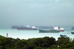 Τοπίο από την άποψη πουλιών των φορτηγών πλοίων που μπαίνουν σε ενός από τους πιό πολυάσχολους λιμένες στον κόσμο, Σιγκαπούρη Στοκ εικόνα με δικαίωμα ελεύθερης χρήσης