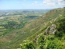 Τοπίο από ψηλό έναν από τους καλλιεργημένους τομείς όσο μάτι μπορείτε να δείτε Νότος της Ιταλίας στοκ εικόνα με δικαίωμα ελεύθερης χρήσης