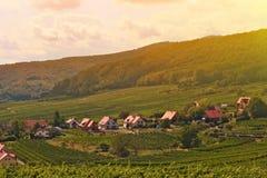 Τοπίο ατμόσφαιρας του ρομαντικού μικρού χωριού της Ευρώπης με το χωριό αμπελώνων στοκ φωτογραφία με δικαίωμα ελεύθερης χρήσης