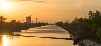 Τοπίο βιομηχανίας των εγκαταστάσεων παραγωγής ενέργειας στο ηλιοβασίλεμα Στοκ Εικόνες
