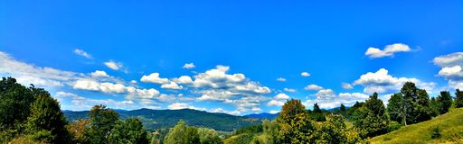 Τοπίο, βουνό, δέντρα, ουρανός και σύννεφα Στοκ Εικόνα