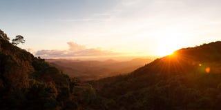 Τοπίο βουνό κατά τη διάρκεια του ηλιοβασιλέματος στο γιο της Mae Hong, Ταϊλάνδη στοκ φωτογραφίες