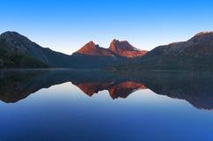 Τοπίο βουνών λίκνων που απεικονίζεται τέλεια στο περιστέρι λιμνών στοκ φωτογραφία με δικαίωμα ελεύθερης χρήσης