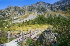 Τοπίο βουνών γύρω από τη λίμνη Δ ` Arpy σε Val δ ` Aosta, ιταλικές Άλπεις, Ιταλία Στοκ Εικόνες