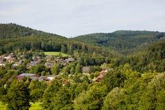 Τοπίο βουνών επαρχίας με τα σπίτια στο χωριό Στοκ Εικόνα