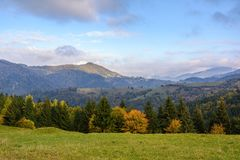 Τοπίο βουνών, ηλιόλουστο πρωί φθινοπώρου Καρπάθιο βουνό Στοκ φωτογραφία με δικαίωμα ελεύθερης χρήσης