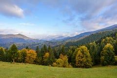 Τοπίο βουνών, ηλιόλουστο πρωί φθινοπώρου Καρπάθιο βουνό Στοκ εικόνα με δικαίωμα ελεύθερης χρήσης