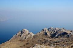 Τοπίο βουνών, ηφαιστειακοί βράχοι στο πρώτο πλάνο ενάντια στον μπλε ουρανό φθινοπώρου σε μια ελαφριά ομίχλη Στοκ εικόνα με δικαίωμα ελεύθερης χρήσης