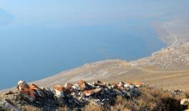 Τοπίο βουνών, ηφαιστειακοί βράχοι στο πρώτο πλάνο ενάντια στον μπλε ουρανό φθινοπώρου σε μια ελαφριά ομίχλη Στοκ φωτογραφία με δικαίωμα ελεύθερης χρήσης