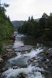 Τοπίο βουνών και ποταμός βουνών Στοκ εικόνα με δικαίωμα ελεύθερης χρήσης