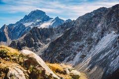Τοπίο βουνών Καύκασου στη Ρωσία, αιχμές βουνών Στοκ εικόνα με δικαίωμα ελεύθερης χρήσης