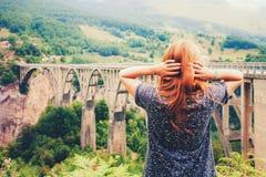 Τοπίο βουνών, Μαυροβούνιο Γέφυρα τόξων της Tara Durdevica στα βουνά, μια από τις υψηλότερες αυτοκινητικές γέφυρες στην Ευρώπη Στοκ Εικόνες