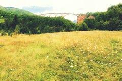Τοπίο βουνών, Μαυροβούνιο Γέφυρα τόξων της Tara Durdevica στα βουνά, μια από τις υψηλότερες αυτοκινητικές γέφυρες στην Ευρώπη Στοκ φωτογραφία με δικαίωμα ελεύθερης χρήσης