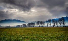 Τοπίο βουνών με τα δέντρα και την πράσινη χλόη στοκ φωτογραφία με δικαίωμα ελεύθερης χρήσης