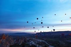Τοπίο βουνών με τα μεγάλα μπαλόνια κοντό σε έναν θερινή περίοδο στοκ εικόνα