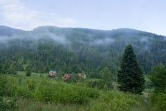 Τοπίο βουνών με τα μπαλώματα της ομίχλης Στοκ Φωτογραφία