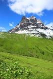 Τοπίο βουνών με τα πράσινες λιβάδια και την ηλιοφάνεια στοκ εικόνα με δικαίωμα ελεύθερης χρήσης