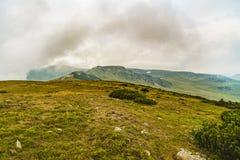 Τοπίο βουνών με τα σύννεφα ανωτέρω Στοκ εικόνα με δικαίωμα ελεύθερης χρήσης