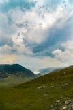 Τοπίο βουνών με τα σύννεφα ανωτέρω Στοκ Εικόνα