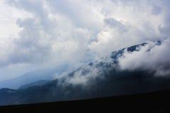 Τοπίο βουνών με τα σύννεφα ανωτέρω Στοκ Φωτογραφίες