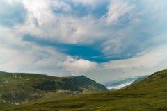 Τοπίο βουνών με τα σύννεφα ανωτέρω Στοκ Εικόνες