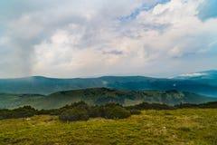 Τοπίο βουνών με τα σύννεφα ανωτέρω Στοκ εικόνες με δικαίωμα ελεύθερης χρήσης