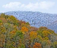 Τοπίο βουνών με τα χρώματα πτώσης και χειμώνα Στοκ Φωτογραφία