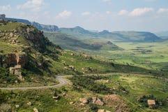 Τοπίο βουνών με την εθνική οδό στο χρυσό Χάιλαντς πυλών στοκ εικόνα με δικαίωμα ελεύθερης χρήσης