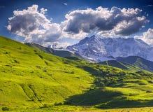 Τοπίο βουνών με την παγωμένη κορυφή στοκ εικόνες