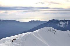 Τοπίο βουνών με τη μηχανή εκσκαφέων στοκ φωτογραφία με δικαίωμα ελεύθερης χρήσης