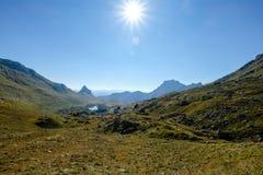 Τοπίο βουνών με τη φλόγα ήλιων Στοκ φωτογραφία με δικαίωμα ελεύθερης χρήσης